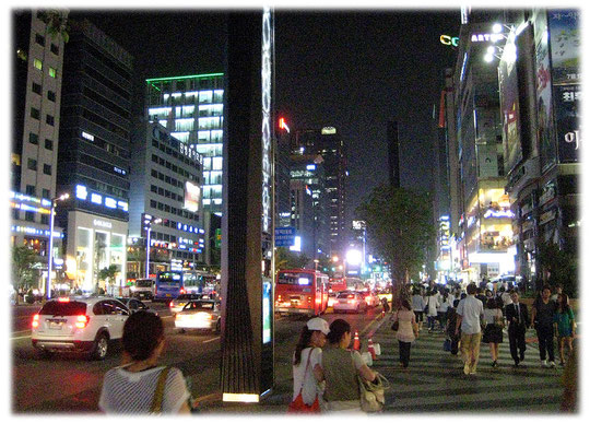 On this photos you can see the multi media street columns at Gangnamro street, Gangnam district. This columns offer a wider variety of useful multimedia applications. Bilder von Multimedia Säulen