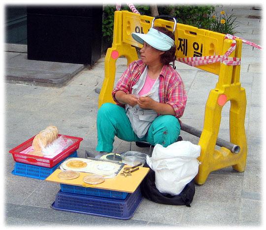 This photo shows the korean food street snack Bbop-gi. Bild von einem Imbiss auf offener Straße in Seoul und Südkorea