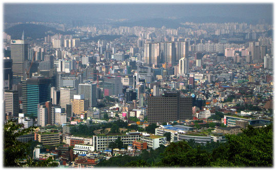 This photo shows high buildings and streets of the lovely city. Bilder von den Hochhäusern und Wolkenkratzern in Seoul aus der Luft von einem Aussichtsturm aus