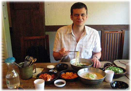 Picture of the Korean food Kalguksu and Kongguksu at a restaurant in Seoul. Spicy and tasty dishes and meals! Fotos vom koreanischen Kochen und koreanisch asiatischer Küche und Gerichten.