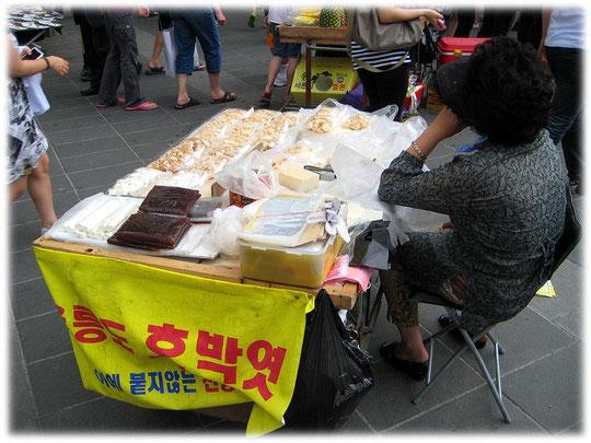 Photo about the korean street food snack Hobakyeot. Bilder von koreanisch asiatischem Kürbis Kuchen der als Fast Food auf der Straße verkauft wird