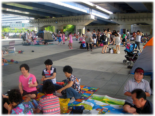 Pictures of many Koreans sitting in the shadow below a Han River bridge and enjoying the weekend. They love the shadow! Die Bilder zeigen Koreaner im Schatten sitzend