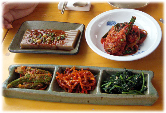 On this photo you can see typical korean sidedishes at a restaurant in Seoul. Pictures of Kimchi and Tofu. Bilder von dem koreanischen Gericht Kimchi und dem asiatischen Essen Tofu.
