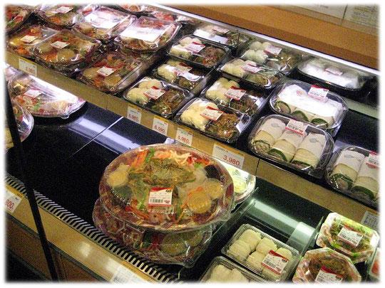 Picture of a South Korea Seoul supermarket with freshly prepared dishes and meals for the shoppers. Markt in Südkorea mit frisch zubereitetem asiatischen Essen und Gerichten.