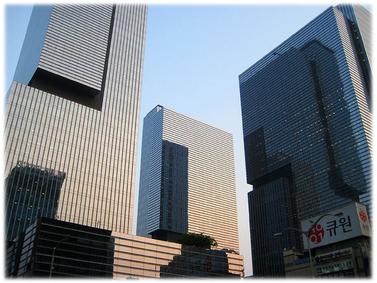 At this photo there are the three high buildings of the Samsung headquarters. It is at Gangnam station. Those three buildings are impressive skyscrapers! Bild von der Samsung Zentrale in Seoul