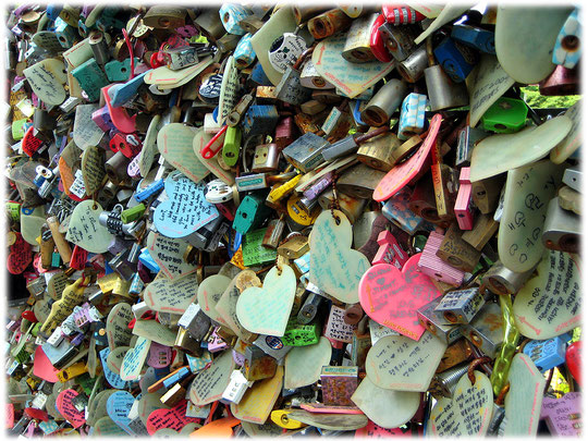 This photo was taken at the N Seoul tower at Namsan park. You can see love padlocks at the groundfloor of the tower. Lovely pictures of Seoul. Bilder von Herzen am N Tower. Sehr interessant für Reisen
