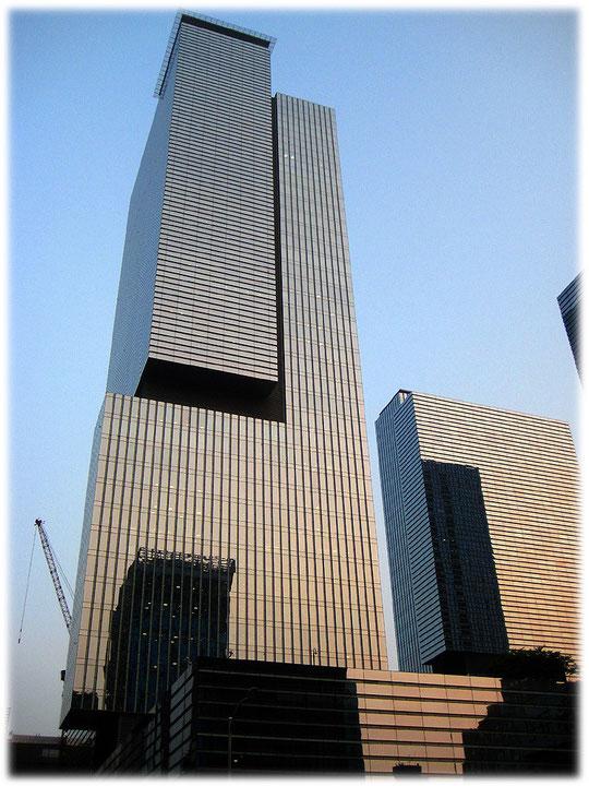 At this photo you see the highest building of the three Samsung headquarters building skyscrapers. It is close to the Gangnam station. Foto von dem höchsten Wolkenkratzer der Samsung Zentrale