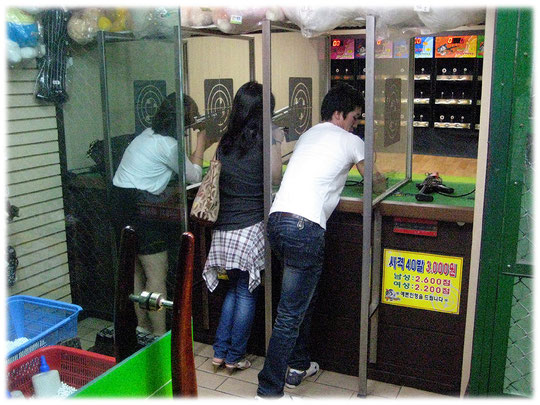 This image shows young people playing indoor shooting at Gangnam district. Die Aufnahme zeigt einen jungen Koreaner und seine Freundin in Seoul