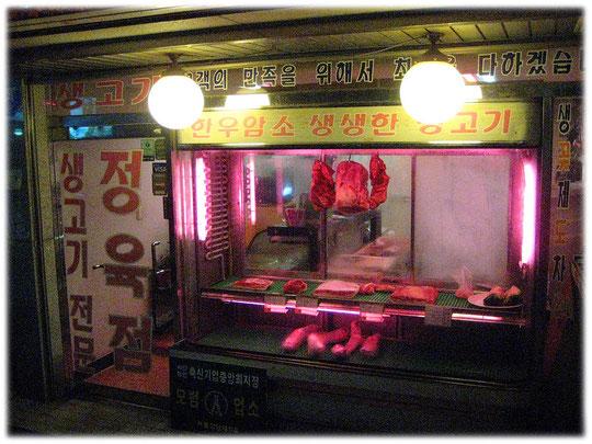 This photo shows a butcher store. Bild von einem Fleischer Fachgeschäft bzw. einer Fleischerei.