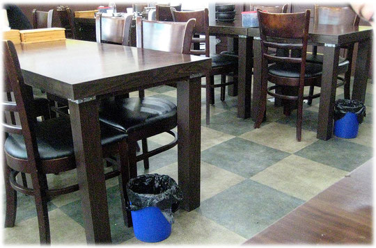 This pictures show small trashcans which stand at the tables of a restaurant in Seoul. Visitors of the restaurant can throw away the trash there. Bild von kleinem Abfalleimer am Tisch eines Restaurant