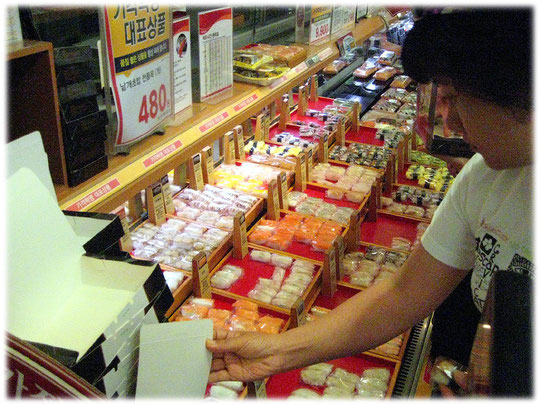 Picture of sushi freshly prepared in a big food supermarket in Seoul in South Korea. Bilder von Sushi in einem Südkorea Supermarkt in Seoul.