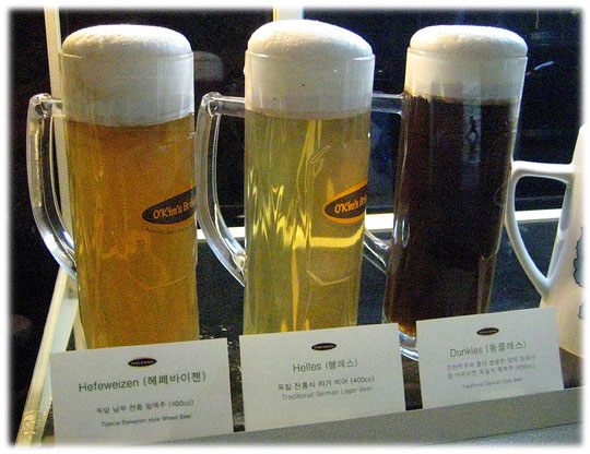 Picture of three different kinds of german beer at a seoul restaurant. At Coex, Gangnam area. Bilder von deutschem Bier in drei deutschen Biergläsern für Helles Weizen, dunkles Weizenbier Hefeweizen