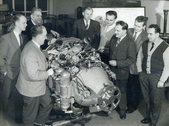 Baubelehrung an der Turbine, dritter von links K.H. Brunsbach - Bild: Archiv Brunsbach