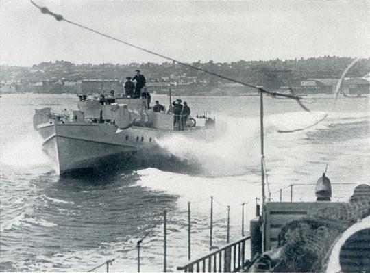 Boote der 2. SFltl beim Auslaufen aus einem Kanalhafen - Bild: PK-Aufnahme