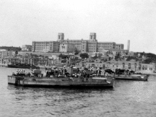 """""""S 156"""" im Hafen von La Valetta/Malta, dahinter Boot mit Kennung """"D"""" - Bild: Archiv Ashley Gowing"""