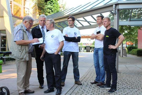 von links nach rechts: Presse,Rainer Rein von Sicherheit Rein,Dirk Fißmer Vorstand EFA Education for all,Tobias Köhn (Überführt das Auto nach Tadschikistan,Mario Schuster von Sportleys,Leo von WOW Reifenservice