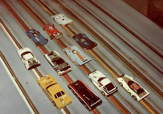 Quelques slot cars sélectionnées pour le concours d'élégance; la Mercédès l'a gagné.