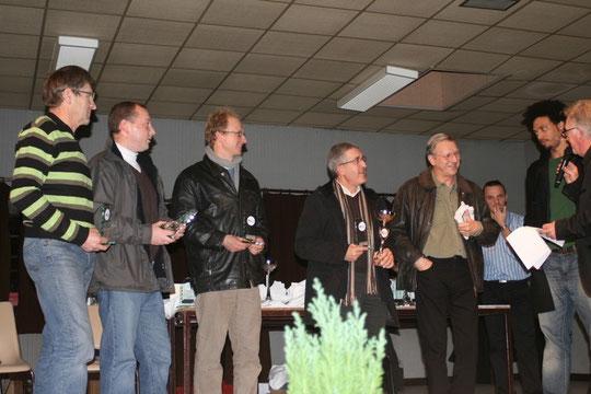 Remise des récompenses de la saison 2008/2009 : le président Jacky SUAIRE et l'équipe 3 qui  a remporté le championnat en départemental 3. De gauche à droite: Michel GLANDDIER, Grégory FLUTTE, Laurent WAYMEL et Denis LIESSE.