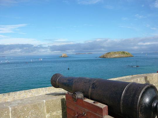 St Malo, ville corsaire. A marée haute, le Grand Bé et le Petit Bé vus du Bastion de la Hollande, sur les remparts.