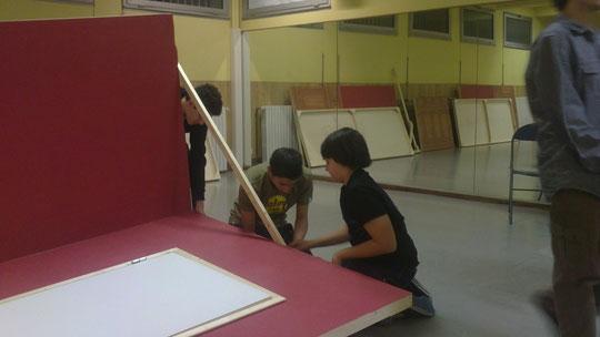 Installation des décors par les adolescents de la Team de Montpellier