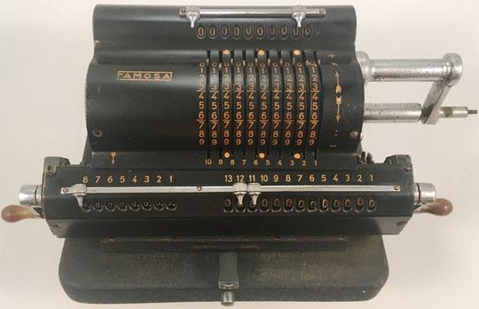 """FAMOSA, s/n 5048, fabricada en Barcelona (España) por la """"Fábrica de Artículos Mecánicos para Oficina S.A. (FAMOSA)"""", año 1946, 34x16x14 cm"""