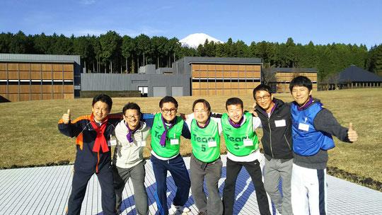 (2日目、晴れ渡る空に美しく映える富士山はバックに。)