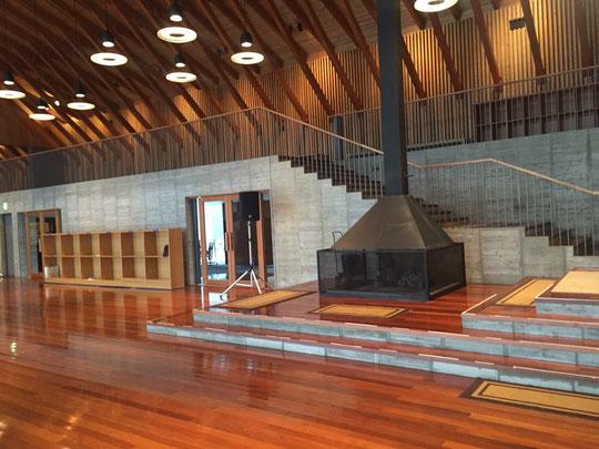 (富士高原研修所のエントランス付近。高い天井と暖炉が印象的。)