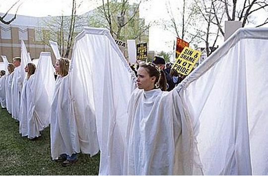Avec lurs ailes d'Anges, Romaine Patterson et ses amis masquent les pancartes anti-gays