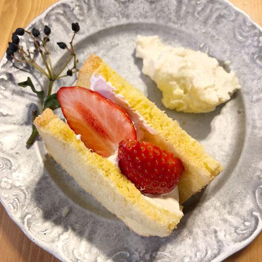 いちごのシフォンケーキと獅子ゆずジャム入りクリームチーズ