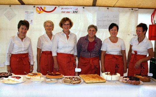 Die kfd Drensteinurt, Rinkerode und Walstedde verkaufen Kuchen