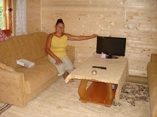 Zivka freut sich über den Strom und den neuen Fernseher