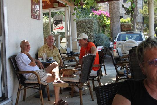 Niksa, der Chef vom Cafe Hogar mit Freunden.