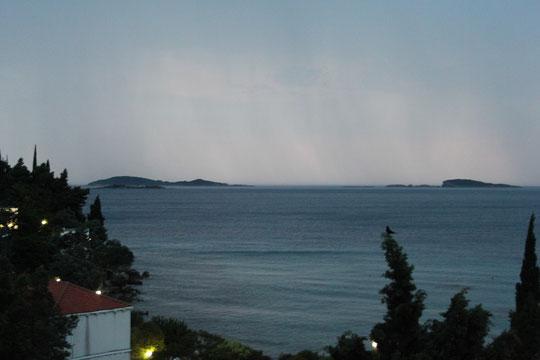 Die vorgelagerten Inseln in Gewitterstimmung.
