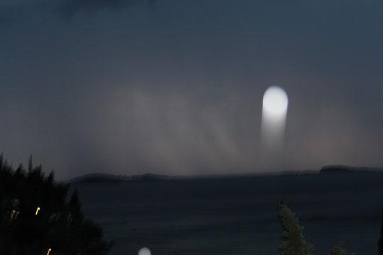 Das ist kein UFO, sondern ein verschwommener Blitz.