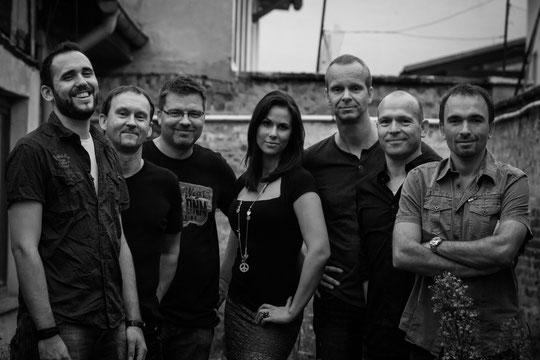 v.l.n.r.: Lukas Hofmeister (voc), Tobias Rebel (g, voc), Christian Weber (key), Scarlett Nonella (voc), Markus Mulzer (g, voc), Jochen Koser (b), Mirko Förster (dr, voc)