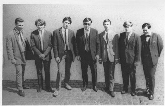 "v.l.n.r.: Willard Emerson ""Bill"" Sutton (voc), Bernhard Hoffmann (dr), Fred ""Poky"" Pröstler (g), Wolfgang ""Bubu"" Boltes (g, key), Peter ""Pit"" Stadtmüller (g, sax), Peter ""James"" Bartel (b), Jürgen ""George"" Walter (lead-voc, sax)"