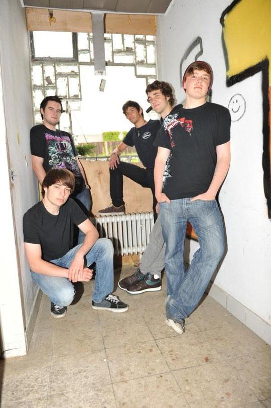 v.l.n.r.: Stefan Wolfenstädter (dr), Christian Kneisel (b), Johannes Schultheis (g), Hendrik Husfeld (voc), Mark Moloney (g)