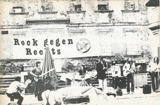 """Die Gruppe """"Schall und Rauch"""" Anfang der 80er vor den Mauern der Schloßruine"""