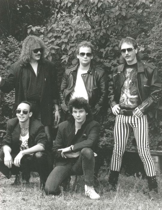 '89er-Besetzung: v.l.n.r.: oben: Reiner Riebel (voc), Theo Fischer (dr), Peter Gropp (b); unten: Emanuel Schach (g), Frank Hoffmann (g)