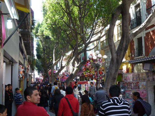 Rue piétonne dans Puebla le dimanche