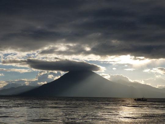 Le lac Atitlan et le volcan San Pedro