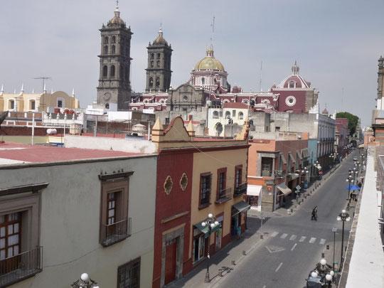 Une rue de Puebla et la cathédrale