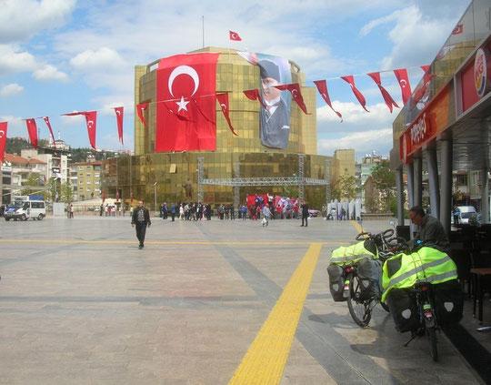 Drapeaux gigantesques dans les villes turques