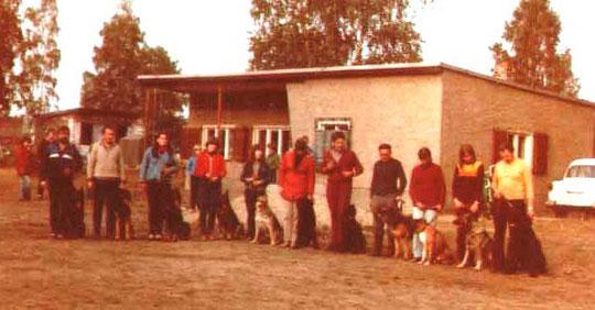 Pokalwettkampf (ca.1980) in der GO Coswig: v.r. F. Preiß mit RS Ben v. Roseneck, S. Kunze mit DSH Anka v. Friedensturm, G. Mann mit Boxer Glitt o.P., Helfried Münch Mit DSH Dixi v.d. Holzmüllerbucht (alle Galgenberg),