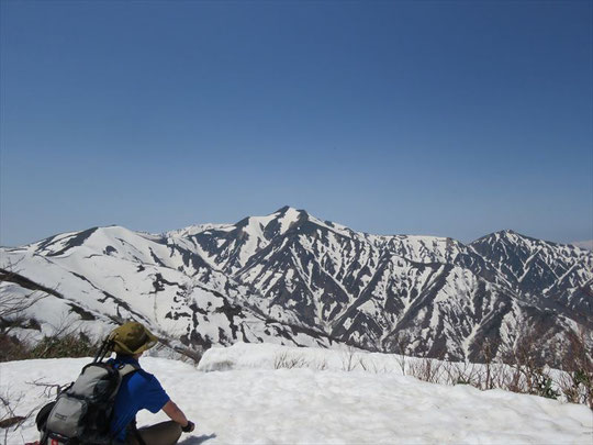 平岩山から御影森山までの間は振り返れば大朝日岳や小朝日岳が一望でき、言葉を失います。御影森山山頂からの眺めも素晴らしい。
