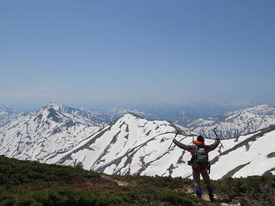 平岩山を過ぎ、御影森山との間。左奥に見えるのが祝瓶山の尖峰。