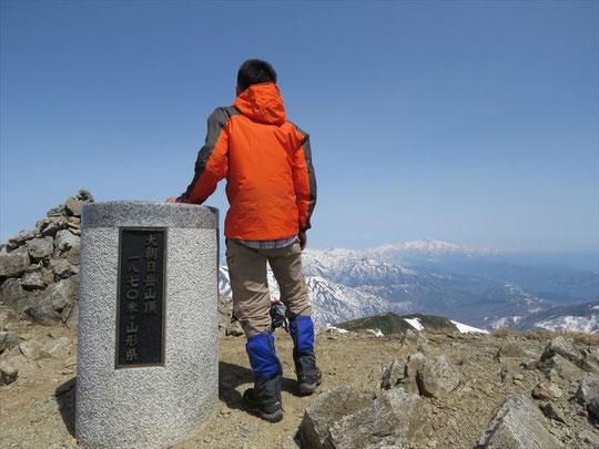 山頂着!快晴で眺めはバッチリですが強風で長居できませんでした。
