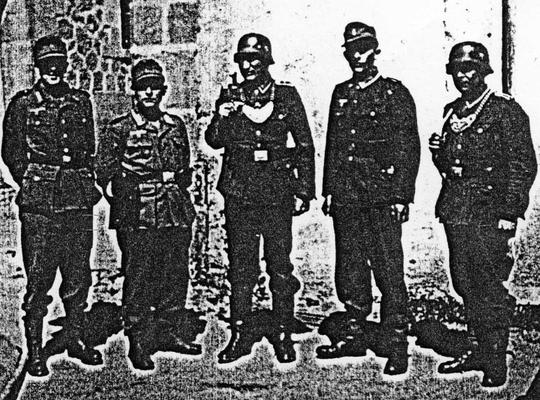 Soldats allemands du 1000ème RS devant le château Saint-Etienne à Aurillac.
