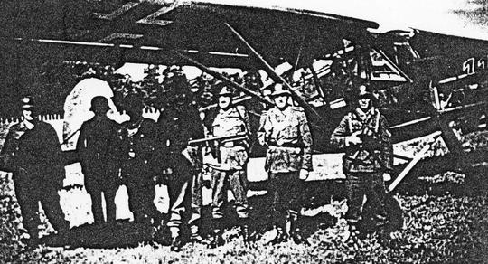 Soldats et Feld-gendarmes gardant l'avion du Général.