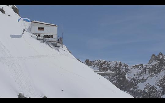 """C'était ce lundi midi, décollage depuis le refuge en """"speed riding"""" (Gaëtan est sous la voile, Nicolas à la caméra)."""